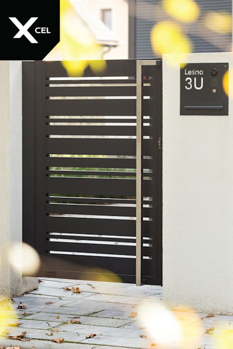 Czarna furtka aluminiowa i nowoczesna skrzynka na listy od Xcel Nowoczesny