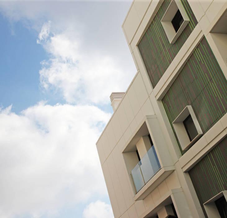 Fachada de edificio de viviendas de nueva construcción Casas de estilo moderno de Xmas Arquitectura e Interiorismo para reformas y nueva construcción en Barcelona Moderno Hormigón