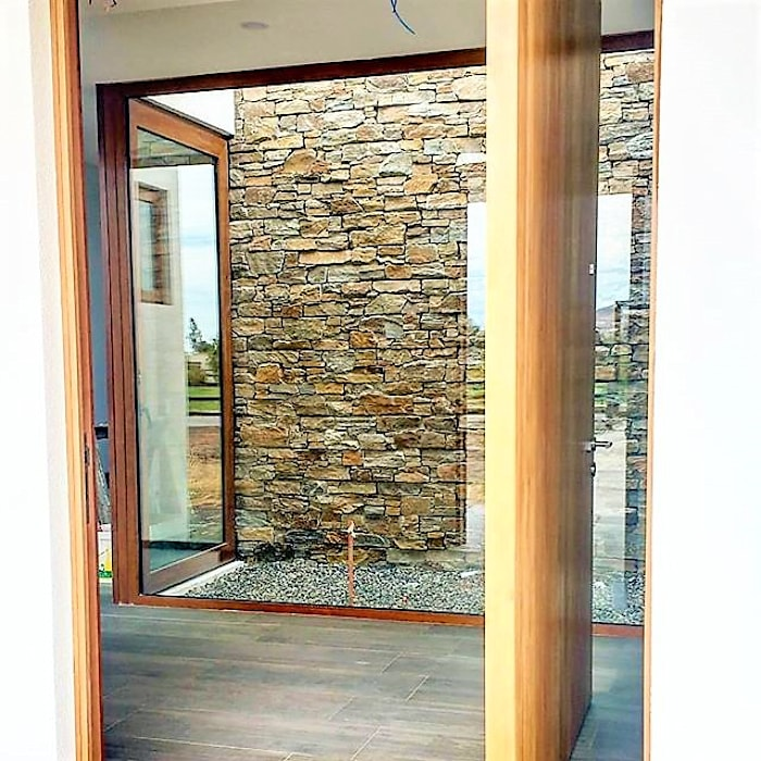PUERTA ACCESO Pasillos, vestíbulos y escaleras modernos de Martin Rojas Arquitectos Asoc. Moderno Piedra