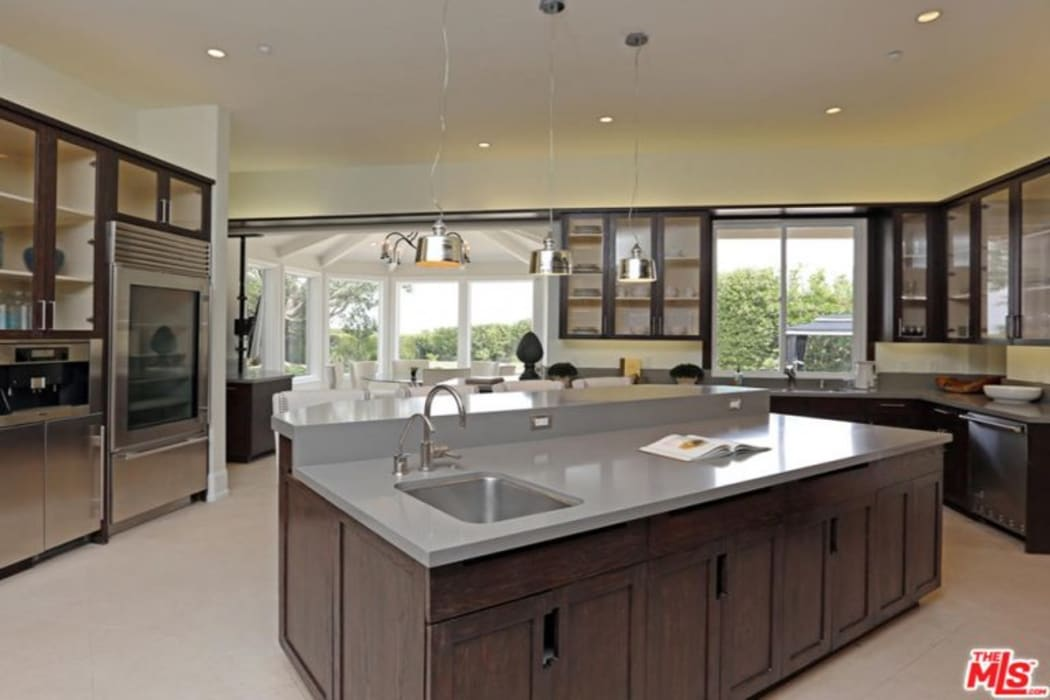 Hollywood Kitchen and outdoor Space by JSM Project Management Classic
