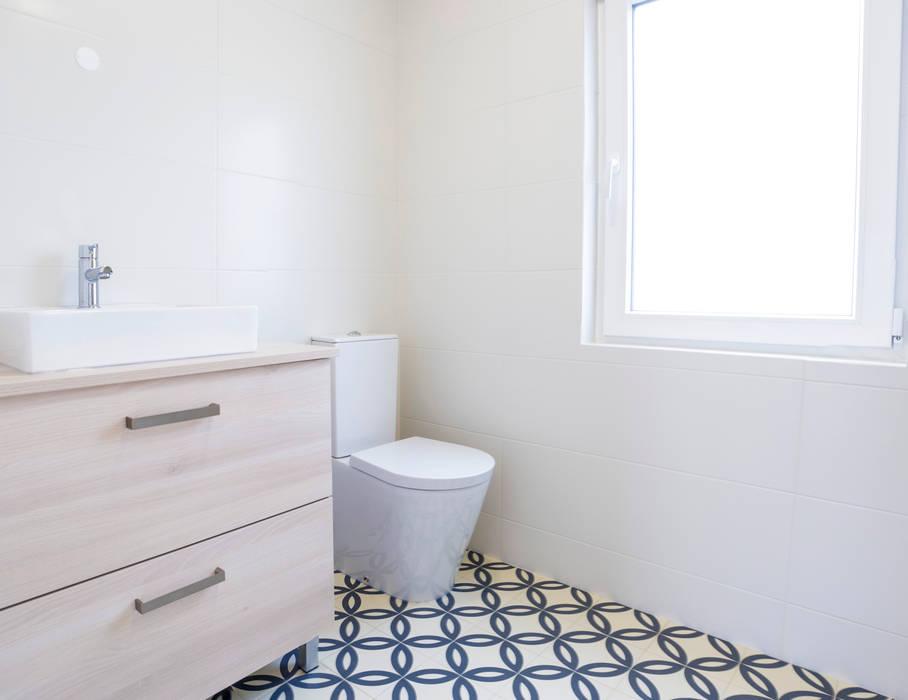 Casa de Banho de Moradia Unifamiliar na Bodadela Decor-in, Lda Casas de banho modernas Cerâmica Azul