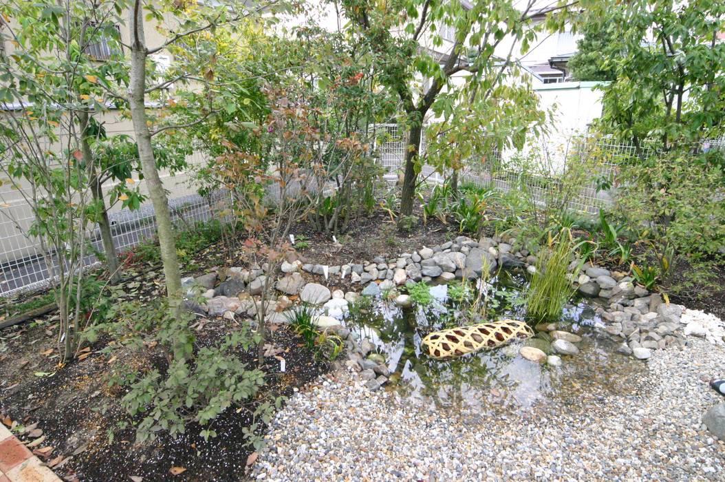 庭 遊庵 Eclectic style garden