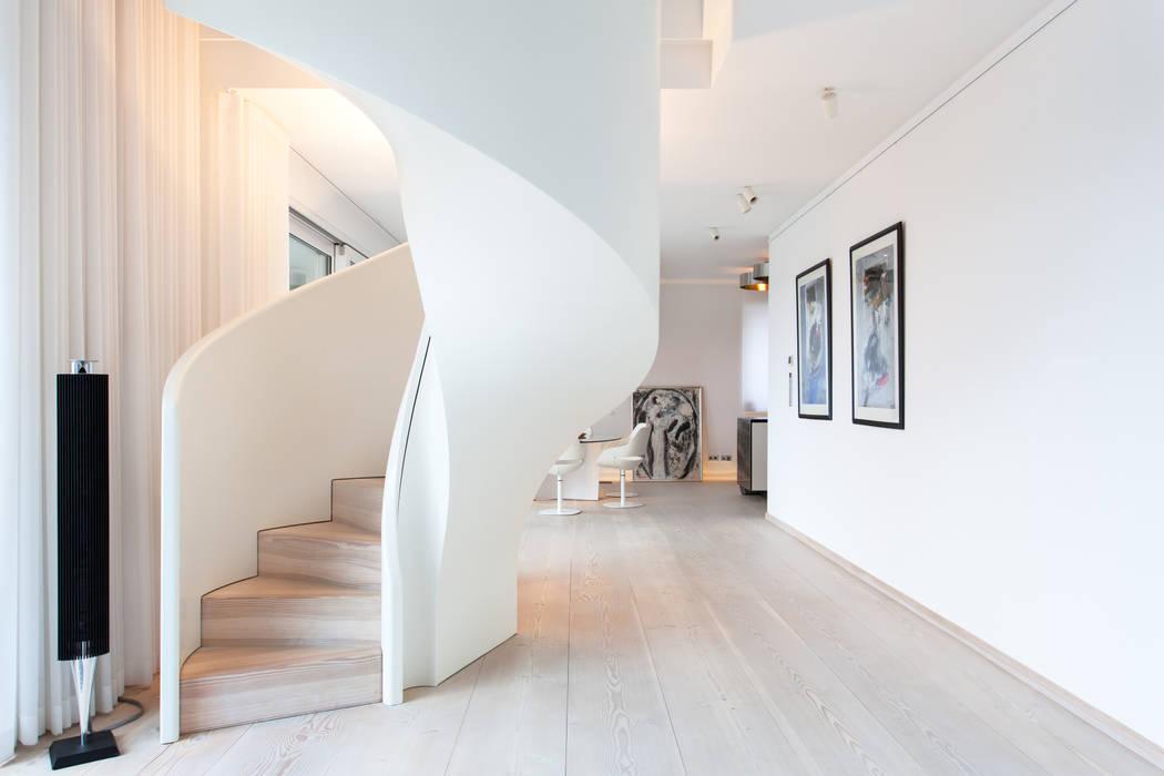 Stilvolle Spindel- und Bogentreppen von Siller Siller Treppen/Stairs/Scale Treppe Weiß