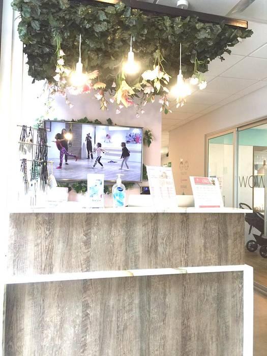 recepción DE LEON PRO Oficinas y tiendas Madera Rosa