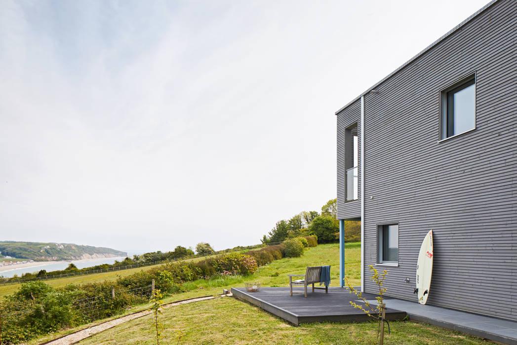 House Rushworth: stylish silver grey façade by Baufritz (UK) Ltd. Modern Wood Wood effect
