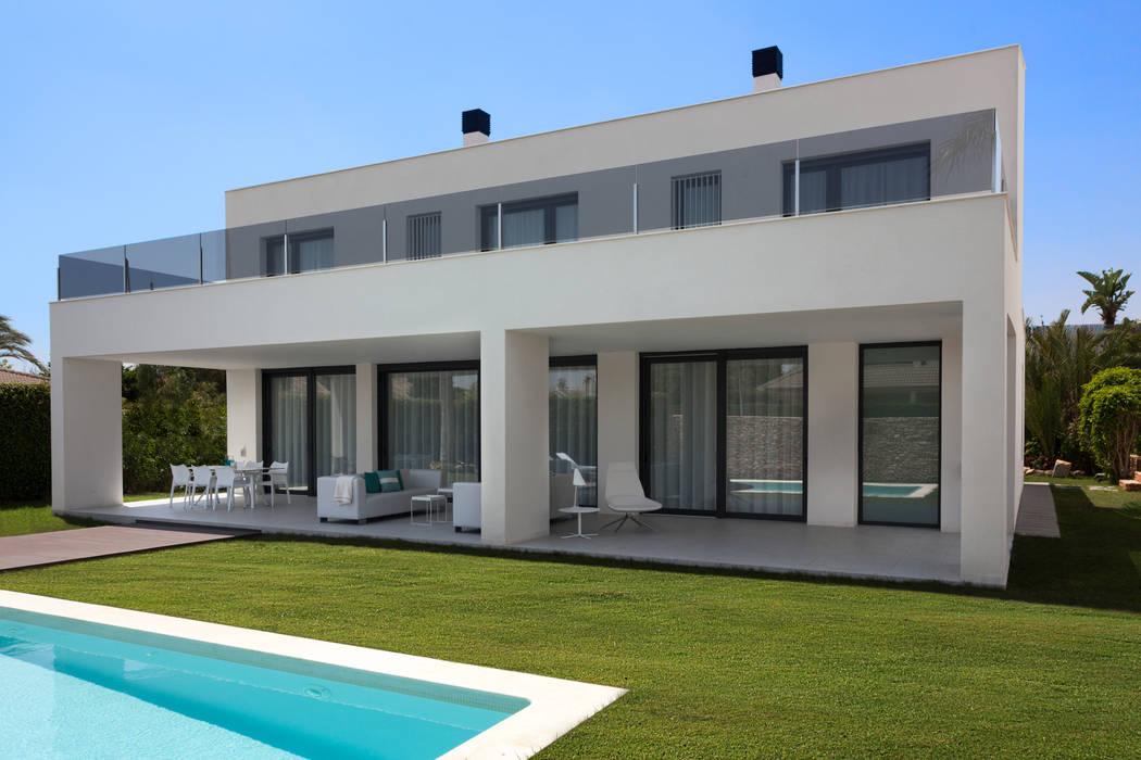 Fachada trasera con la terraza y piscina Casas de estilo moderno de MANUEL GARCÍA ASOCIADOS Moderno