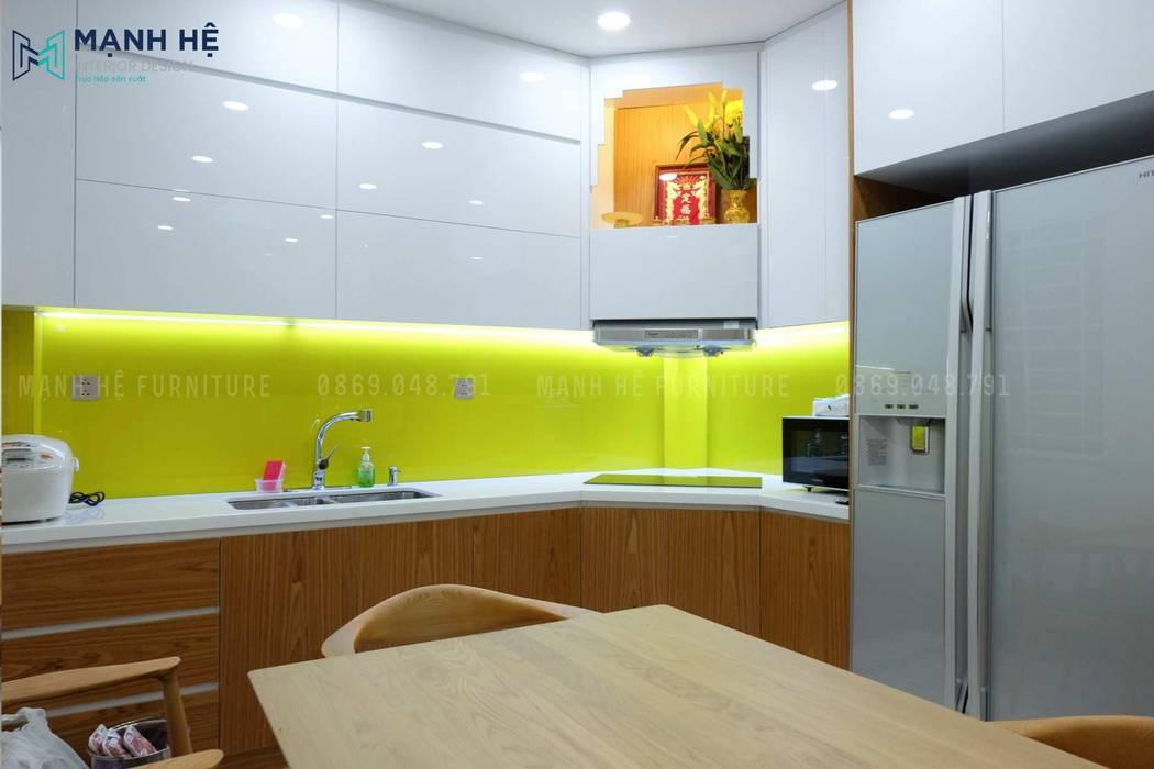 Tủ bếp gỗ công nghiệp Acrylic sang trọng cho nhà phố hiện đại bởi Công ty TNHH Nội Thất Mạnh Hệ Hiện đại