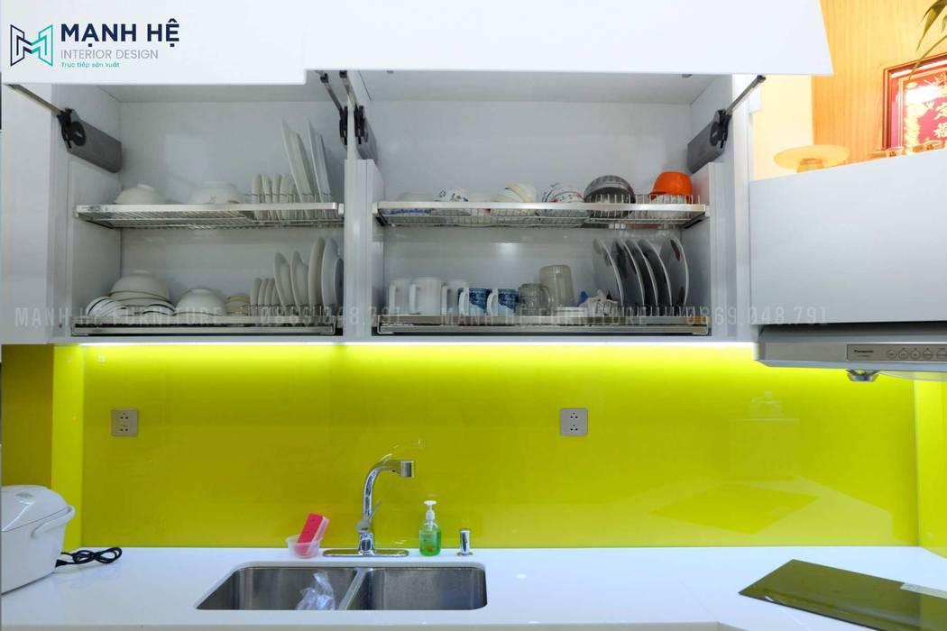 Bên trong tủ bếp được trang bị những phụ kiện gia dụng hiện đại Phòng ăn phong cách hiện đại bởi Công ty TNHH Nội Thất Mạnh Hệ Hiện đại