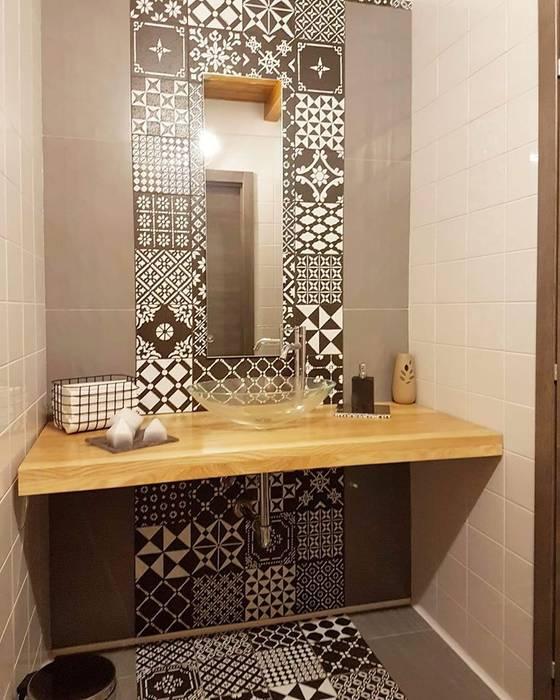 bagno rifinito con piastrelle in lava decorate a mano keramos design BagnoDecorazioni