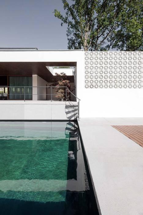 Nowoczesny basen od destilat Design Studio GmbH Nowoczesny