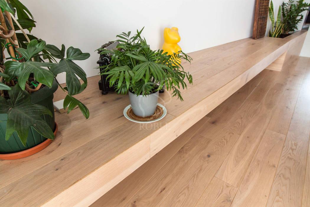Półki i podłoga w drewnie bielonym od Roble Nowoczesny