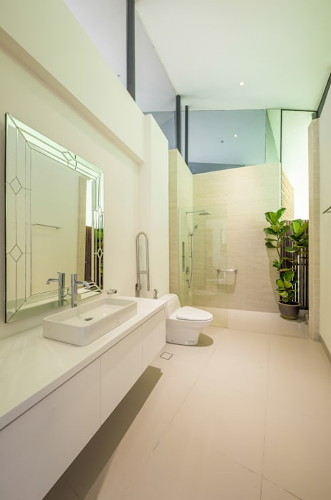 Guest Bathroom Tropical style bathrooms by MJ Kanny Architect Tropical