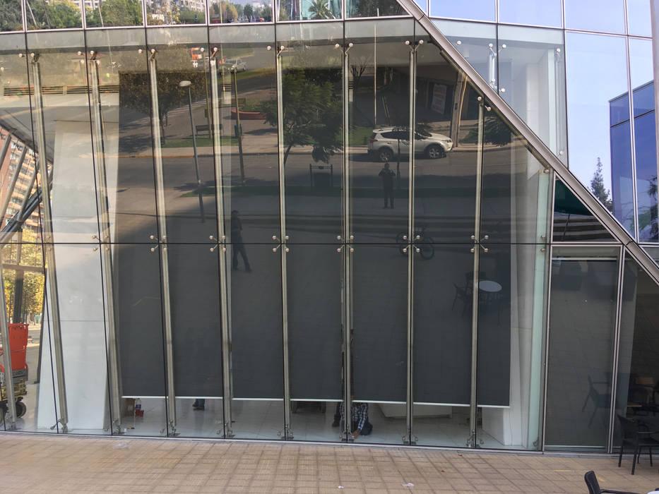 TOLDOS VERTICALES MOTORIZADOS PARA HALL DE ACCESO EDIFICIO GÉNESIS EN LAS CONDES Pasillos, vestíbulos y escaleras modernos de URBAN DESIGN STORE LTDA Moderno