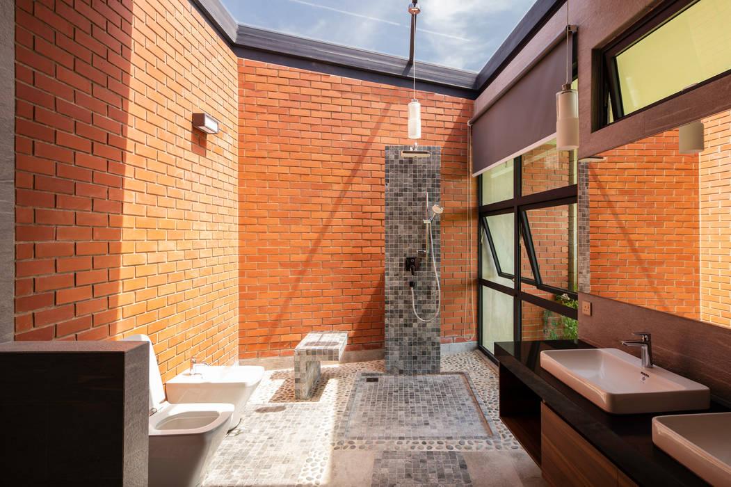Bathroom Tropical style bathrooms by MJ Kanny Architect Tropical
