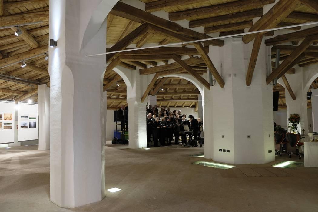 Sala interna poligonale. di Simona Muzzi Architetto Classico Laterizio
