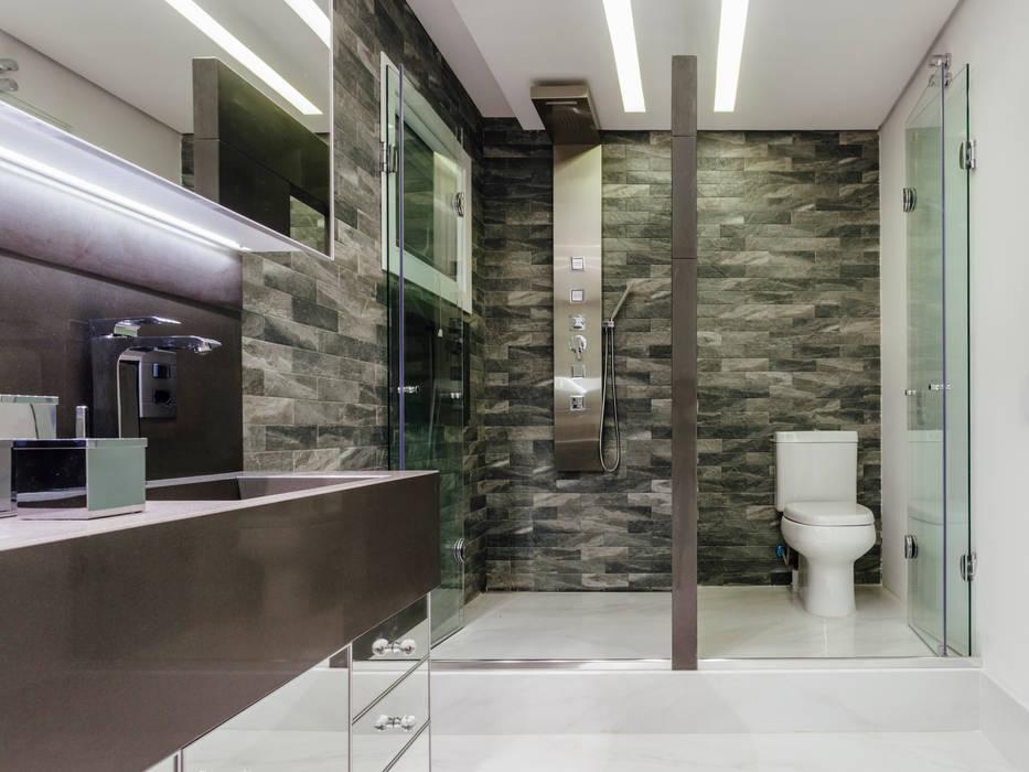 Modern Bathroom by Carolina Burin & Arquitetos Associados Modern