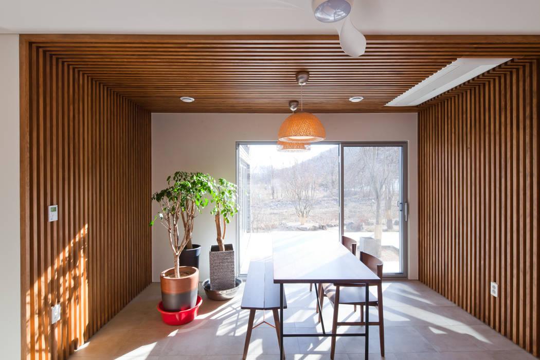 대가족을 위한 맞춤 시공/설계 세종목조주택 모던스타일 다이닝 룸 by 위드하임 모던