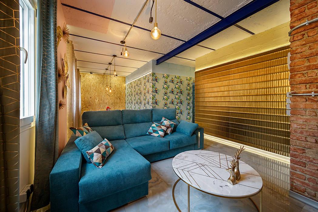 Salón diferente y moderno tras rehabilitación de piso antiguo en Madrid. Salones de estilo moderno de OOIIO Arquitectura Moderno Cerámico