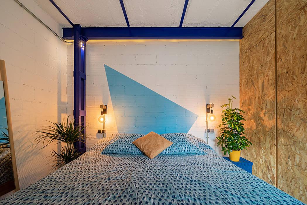 Dormitorio divertido para un apartamento en Madrid. Dormitorios de estilo industrial de OOIIO Arquitectura Industrial Ladrillos