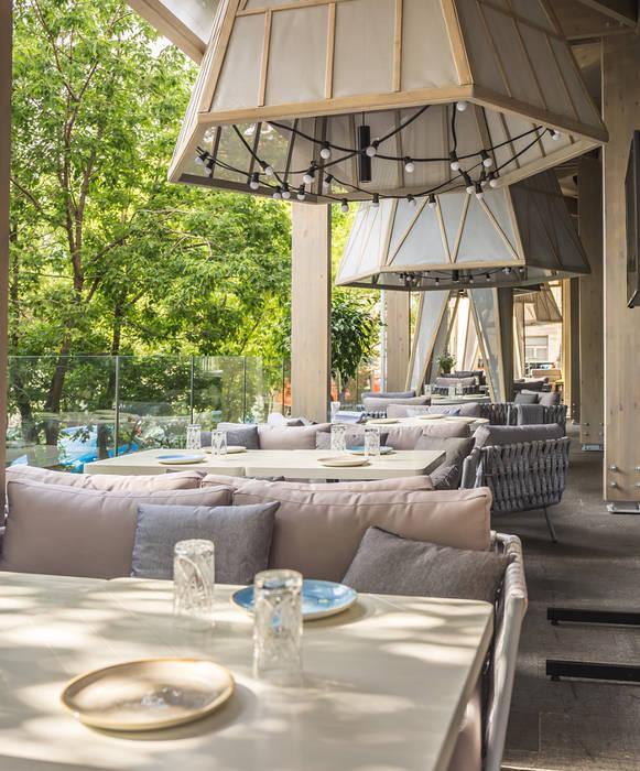 Ресторан СибирьСибирь Балкон в скандинавском стиле от Alpbau Скандинавский Дерево Эффект древесины