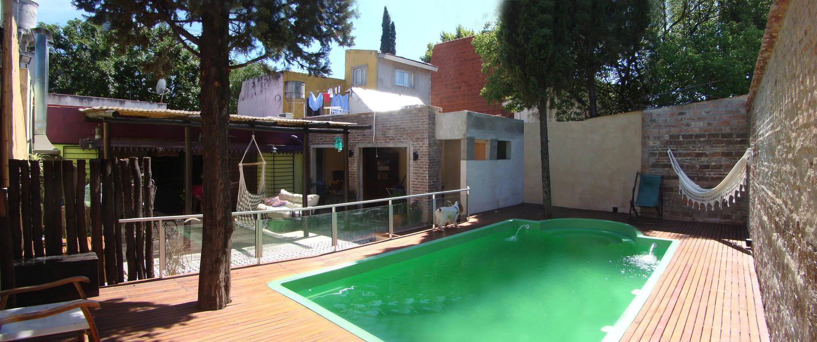 ELVARQUITECTOS Giardino con piscina Legno Marrone