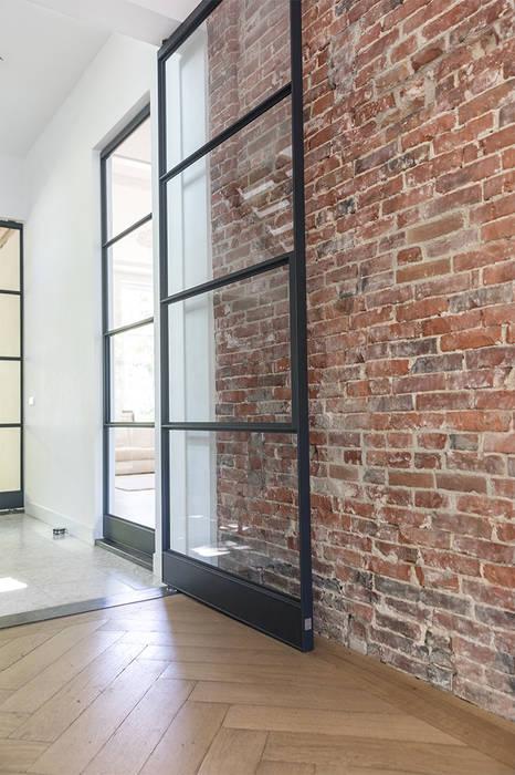 Modern style doors by Kraal architecten Modern