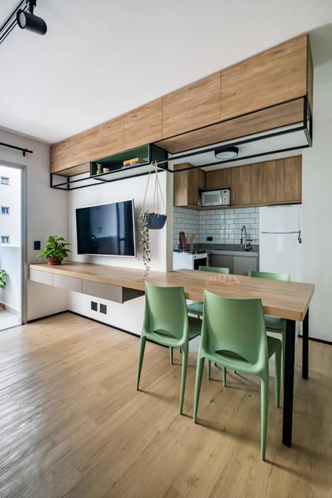 Integração da mesa de jantar com rack da Sala de Televisão (TV) Studio Elã Salas de jantar industriais Madeira Verde