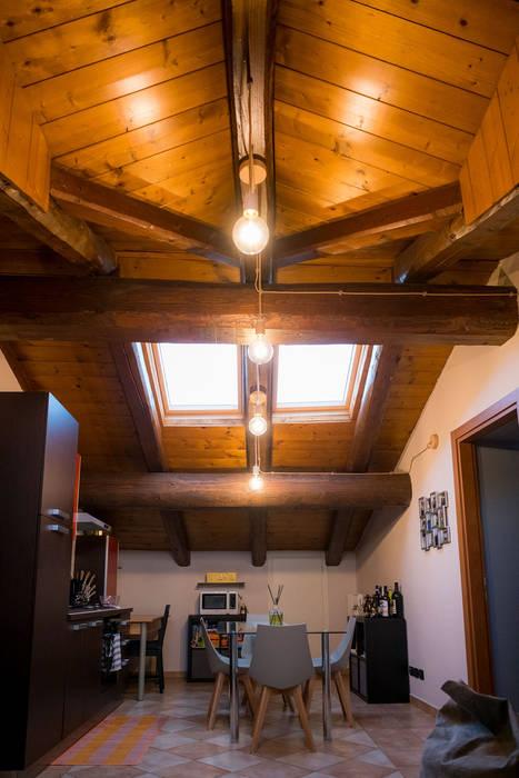 Mansarda IKEA di Fei Studio Rustico Legno Effetto legno
