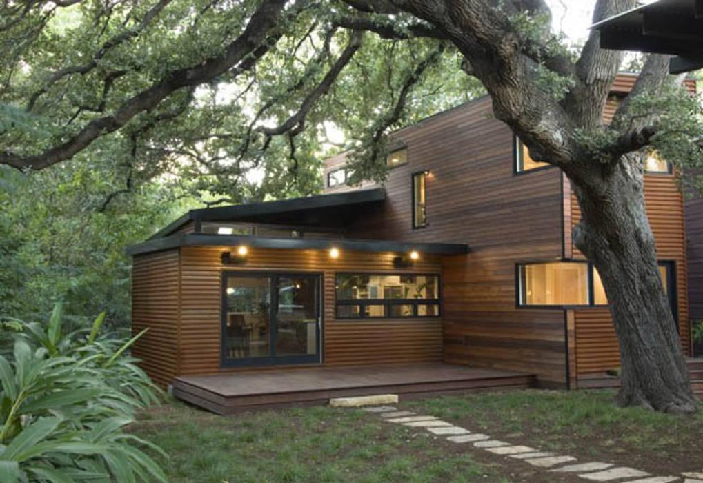 Casa singola fatta con containers navali. di Green Living Ltd Moderno