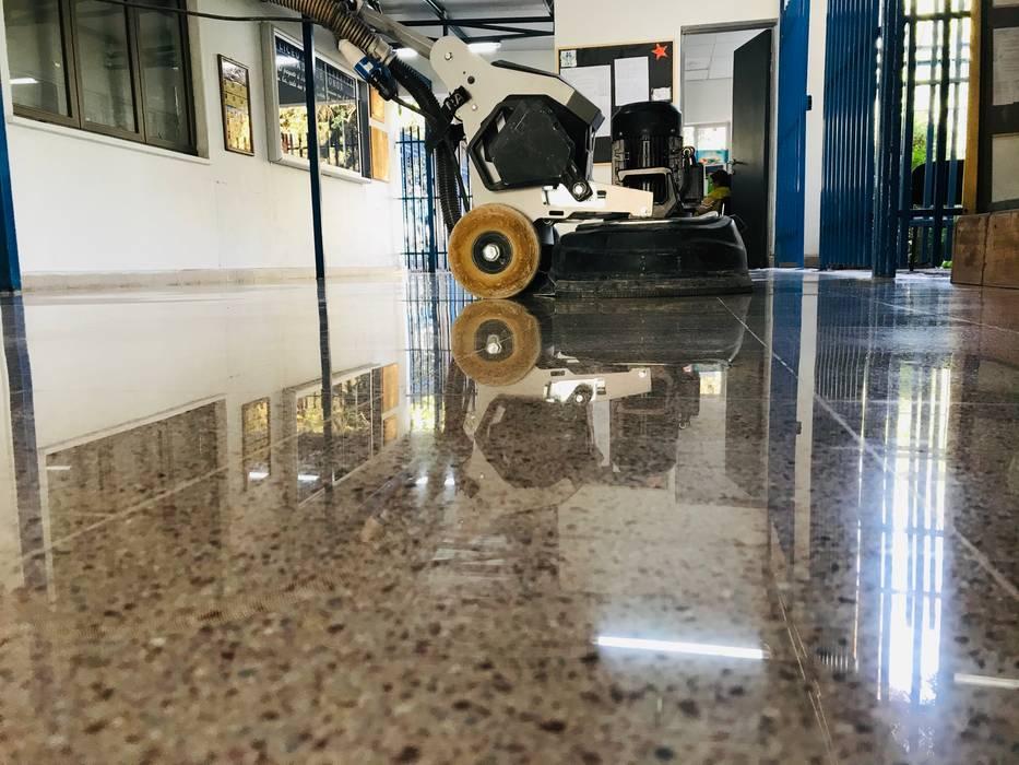 Vista maquina pulidora de pisos HTC T5 de RAISED Consulting & Concrete Floors Moderno Cerámico