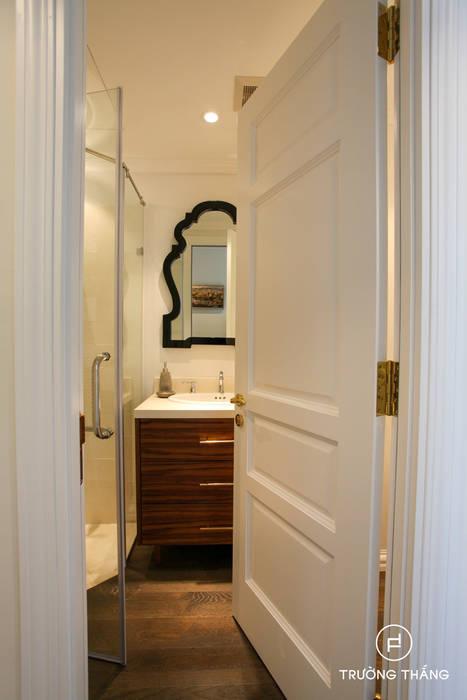 Tủ vanity gỗ walnut Phòng tắm phong cách kinh điển bởi CÔNG TY TNHH TRƯỜNG THẮNG Kinh điển Gỗ Wood effect