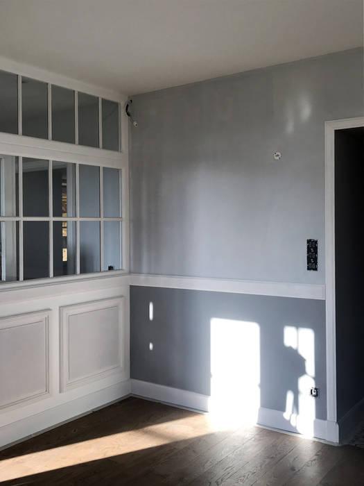 Rez-de-chaussée : Vue sur le séjour/salle à manger et la verrière Salle à manger classique par Studio Bérengère Durret Classique