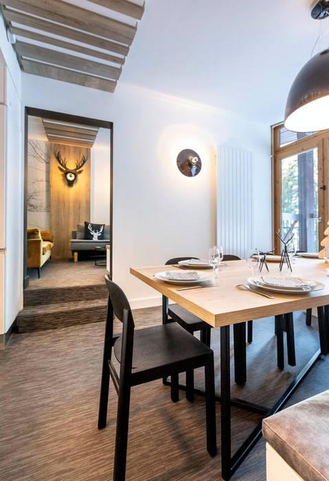 Vue sur le séjour : salle à manger et salon Salle à manger moderne par Studio Bérengère Durret Moderne
