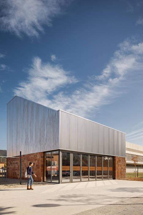 fachada exterior de ESTUDI NAO arquitectura Industrial Hierro/Acero