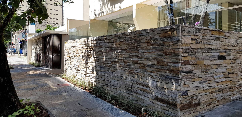 Fachada entrada principal por BRITA ARQUITETURA Moderno Pedra