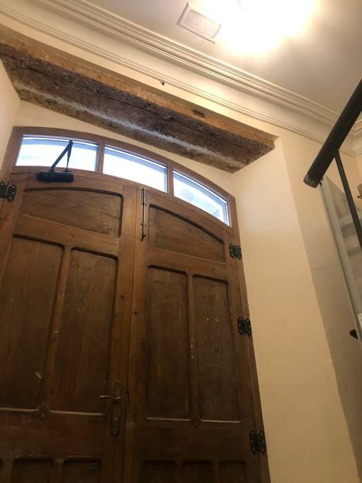 Rehabilitación de viviendas Puertas de estilo rústico de Construcciones Lavi Rústico