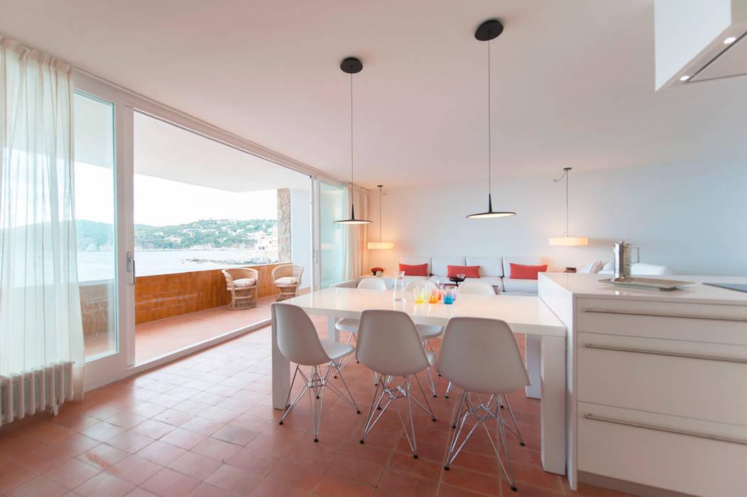 Estar-Comedor Comedores de estilo mediterráneo de COMA Arquitectura Mediterráneo Cerámico
