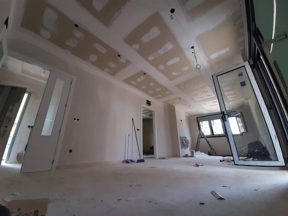 Amplios salones Comedores de estilo moderno de GF CONSTRUCCIÓN SOSTENIBLE S.L.U Moderno