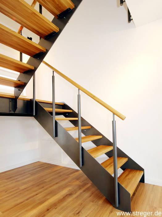 Die gegenläufige Podesttreppe mit passendem Brüstungsgeländer verfügt über insgesamt 16 Steigungen und ist bequem begehbar. STREGER Massivholztreppen GmbH Treppe Massivholz