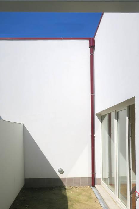 Jardim privativo do alojamento turístico. Janelas e portas clássicas por José Melo Ferreira, Arquitecto Clássico