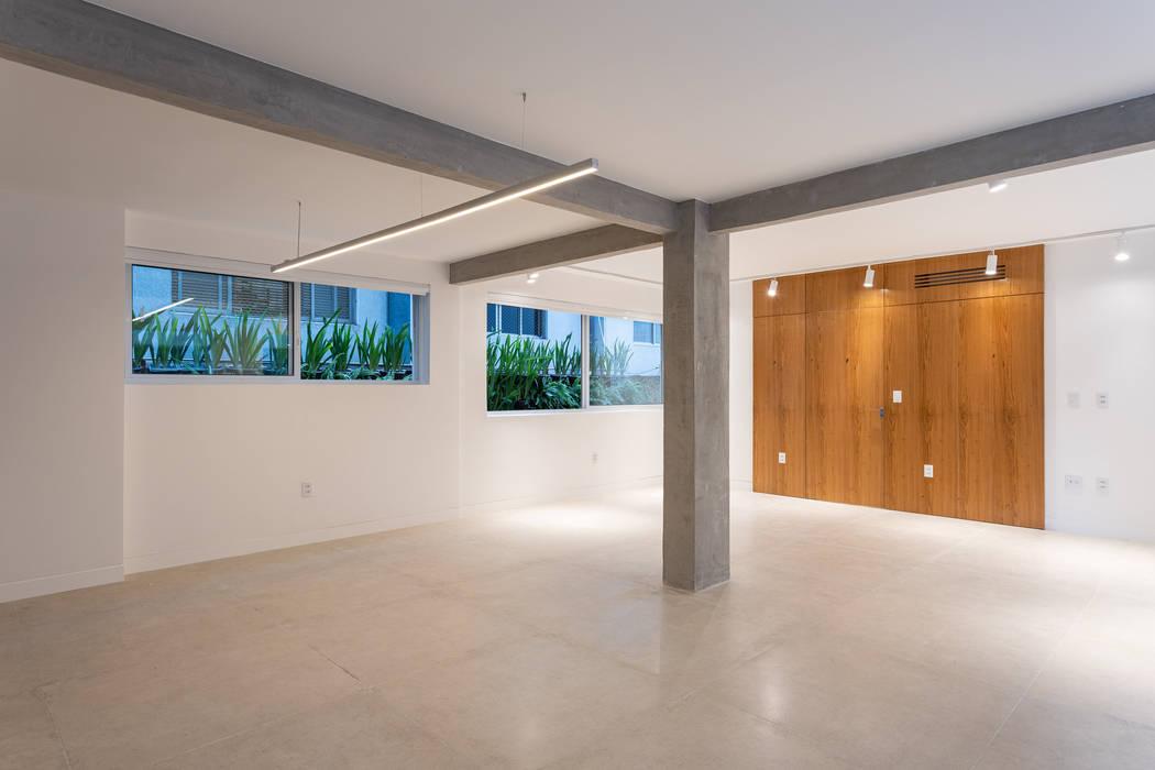 Salon + muro verde_Apto. Germania Tea Arquitectos Salas de estilo moderno Cerámico Blanco