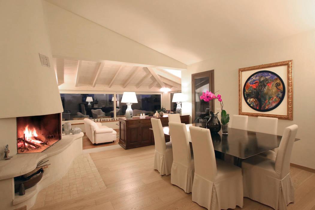 soggiorno e zona pranzo Architetto Alessandro spano Soggiorno in stile mediterraneo