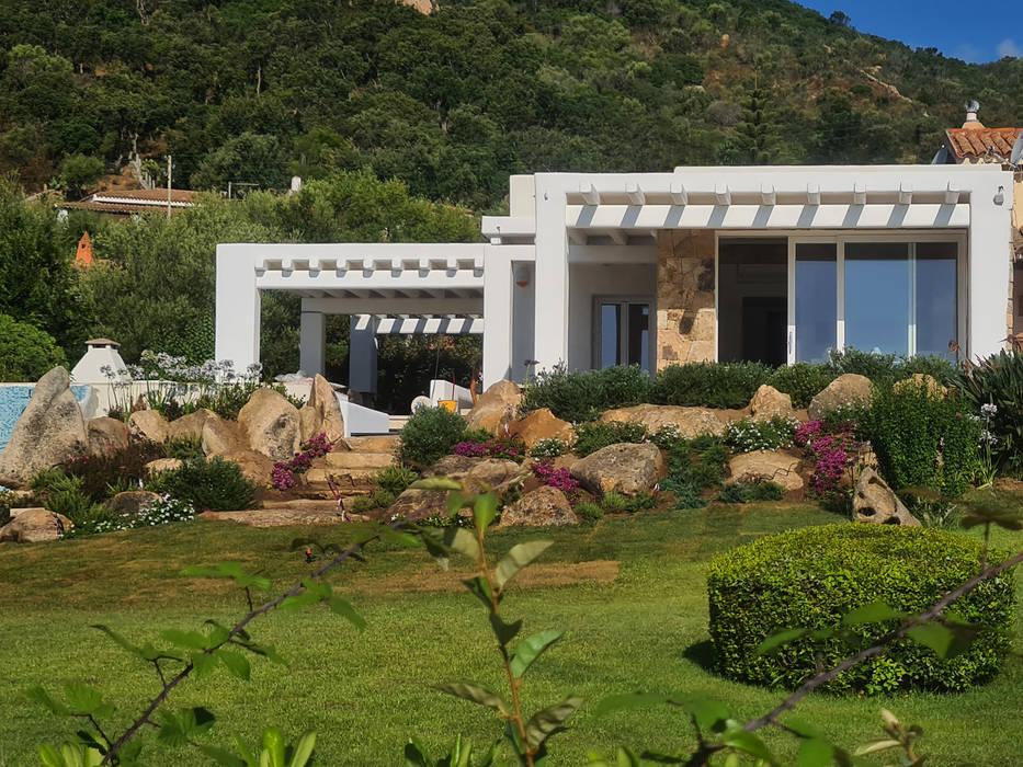 esterno vista frontale Case moderne di Architetto Alessandro spano Moderno