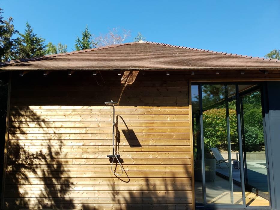 Douche extérieure Maisons modernes par Le Moduliste Moderne Bois Effet bois