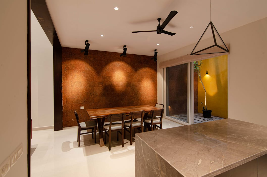 Dining space with Laterite back wall. Tropical style dining room by Ideation Design Tropical Bricks