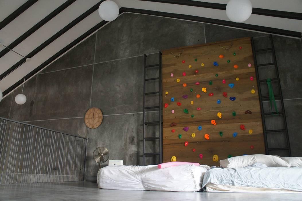 Mini rock climbing at mezzanine floor N O T Architecture Sdn Bhd Rustic style gym
