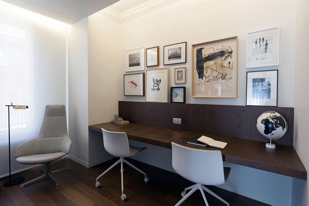 Estudio con generosa mesa volado MANUEL GARCÍA ASOCIADOS Estudios y despachos de estilo moderno Acabado en madera
