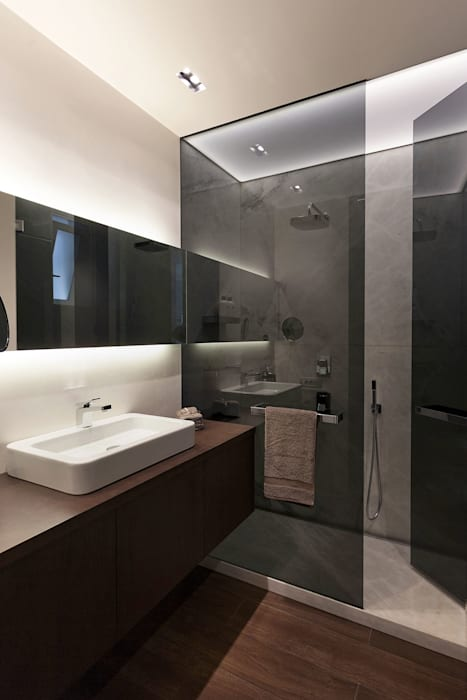 Baño dentro del cubo de espejo MANUEL GARCÍA ASOCIADOS Baños de estilo moderno Negro