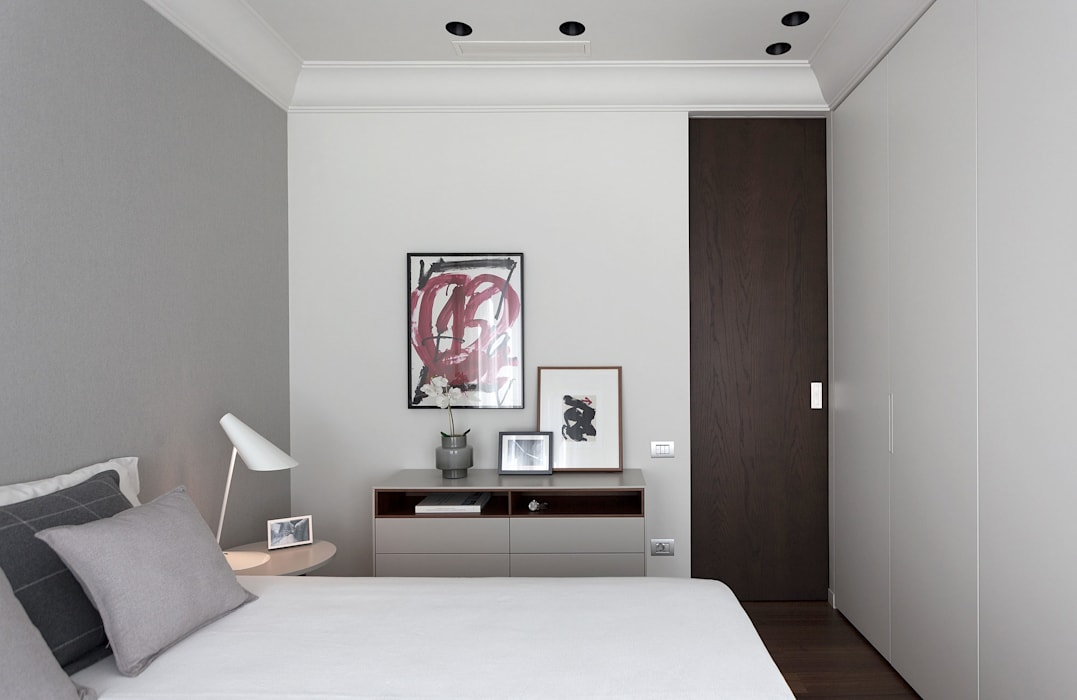Dormitorio principal en tonos neutros decorado con arte MANUEL GARCÍA ASOCIADOS Dormitorios de estilo moderno Blanco