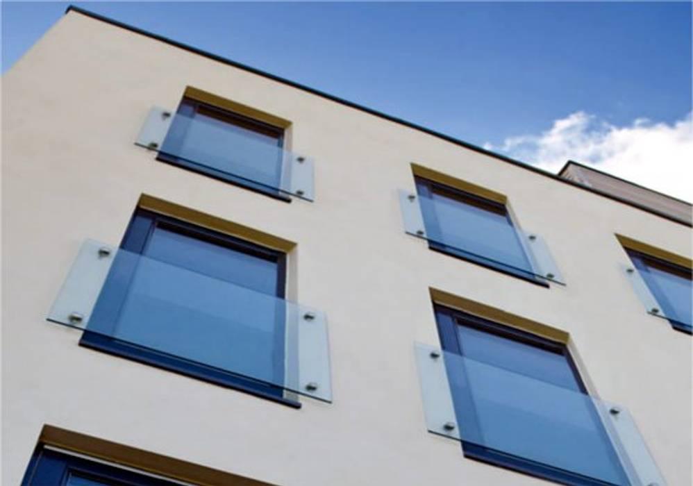 Franz. Balkon mit Glas Moderne Fenster & Türen von Steinkogler - Stiegen,Geländer,Vollholzhäuser Modern